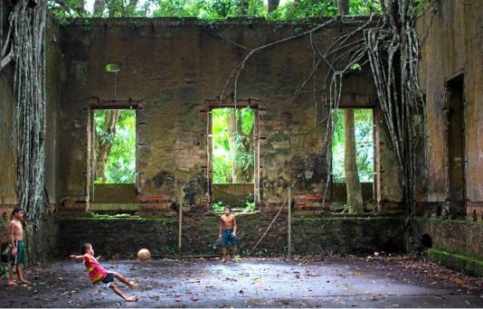 Ett övergivet sjukhem för spetälska har blivit fotbollsplan för barnen i utkanten av Manaus