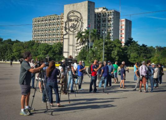 Journalister väntar förgäves på Plaza de la Revolución