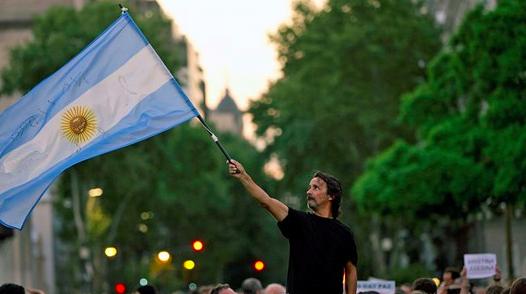Protester har brutit ut i Buenos Aires efter att den regeringskritiske åklagaren hittats död