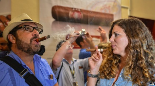 Amerikanska turister njuter av de nya reglerna som gör at de kan ta med sig kubanska cigarrer hem 2015-01-17 kl. 20.00.17