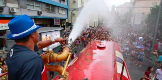 Ett vanligt inslag under karnevalen är vattenkanonen. I år ställdes den in pga av vattenbristen