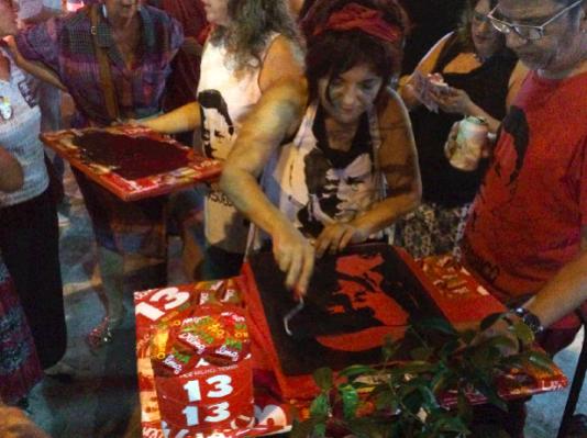 Vänstersympatisörer trycker upp tröjor med Chicos porträtt utanför baren där han blev påhoppad