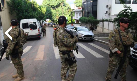 Polisens insatsstyrka utanför Instituto Lula. Poliserna väljer att titta bort från kameran