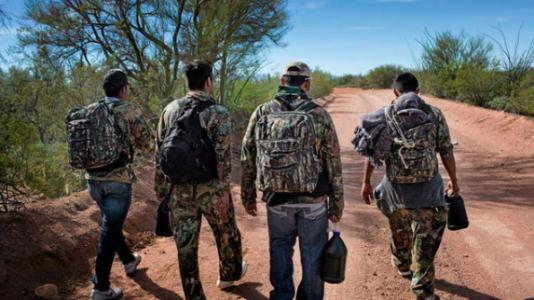 Fyra »burreros« på väg hem efter att ha lämnat varsin ryggsäck med droger i USA.