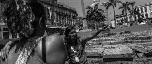 Guiden, Karin Pereira, visar Cais do Valongo för brasilianska turister.