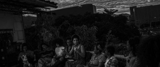 Livesändning av Mídia Ninjas program »Pretas no poder« på ett tak i Rio.