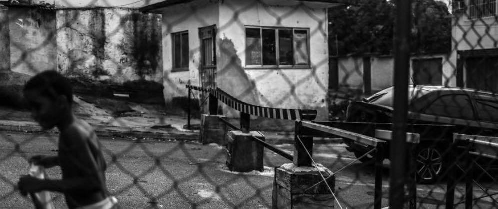 I norra Rio har grannar lagt en balk över gatan för att hindra rånare att ta sig fram