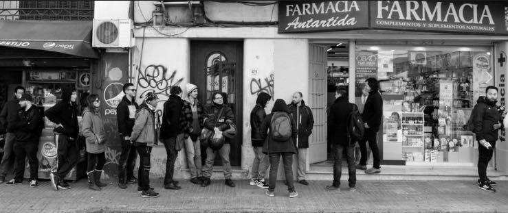 Köer utanför ett apotek som säljer cannabis i Montevideo.