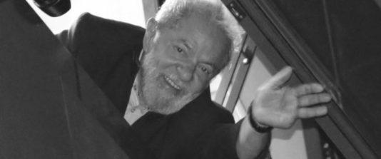 Lula vinkar från metallförbundets lokal i São Bernardo