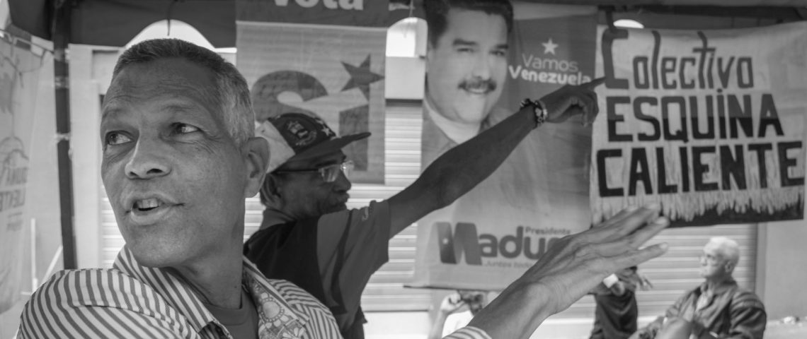 Aquiles Navarro är en av tusentals frivilliga som ställer sig bakom diktaturregimen.