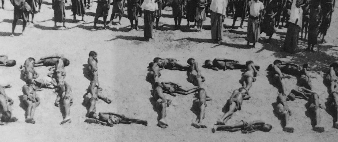 Östtimoreaner tvingas visa sitt stöd åt diktatorn Salazar.