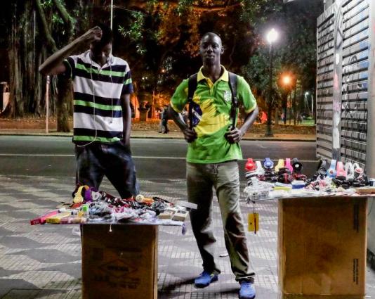 Phillipe och hans polare säljer prylar vid nedgången till metrostationen República