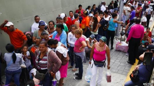 Köerna utanför varuhusen i Caracas blir allt längre och längre.