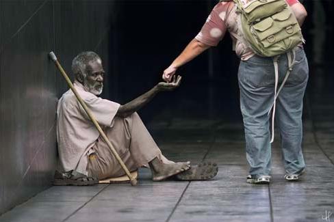 En tiggare i Brasilien får hjälp av förbipasserande dam