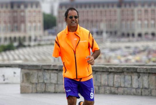 Daniel Scioli tar en joggingtur i väntan på att han ska få en protest inopererad i Italien