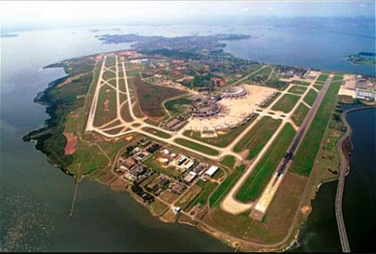Flygplatsen Tom Jobim kallas lokalt för Galeão, vilket är namnet på den strand som tidigare låg här.