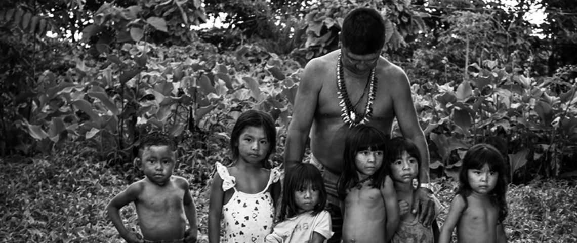 Juarez Saw, en av Mundurukufolkets ledare, samlar samman barnen i byn.