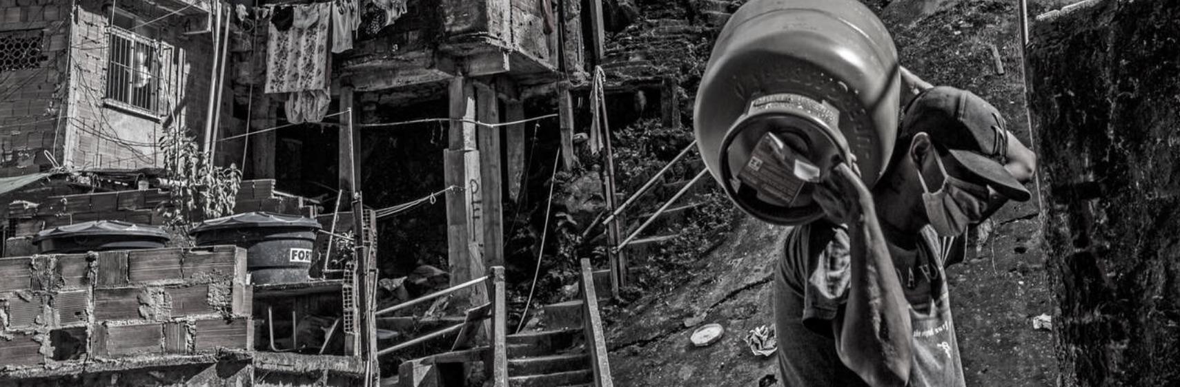 Under pandemin skänker bolag gratis gasol till hushållen i Rocinha.
