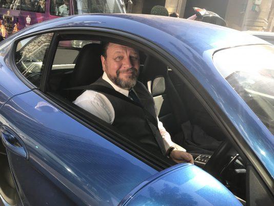 Kristoffer Luzcak i sin Porsche.