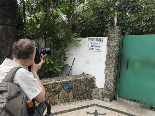 Utanför porten där presidenten Ramos-Horta blev skjuten.