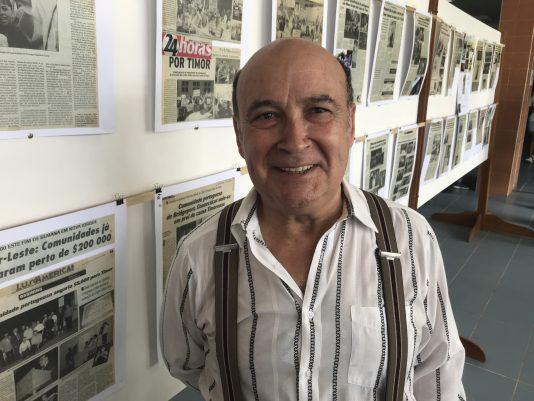 Butlern João Crisóstomo vid sin utställning i Dili.